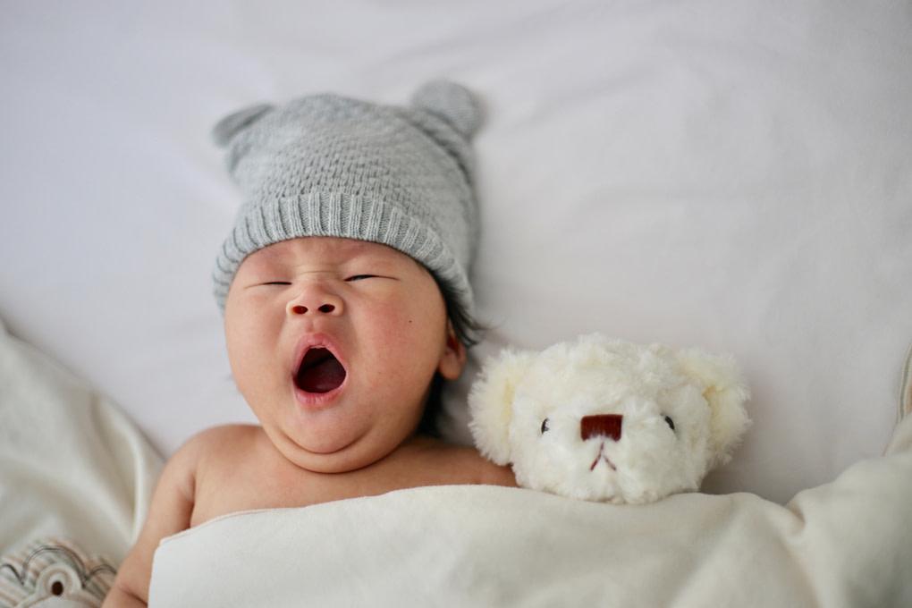 Để trẻ nghỉ nghơi giúp giảm sốt hiệu quả